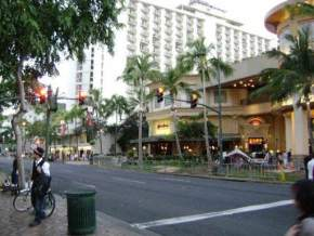 attractions-Kalakaua-Avenue-Hawaii