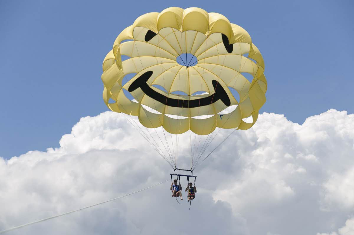 travel-activities-Parasailing